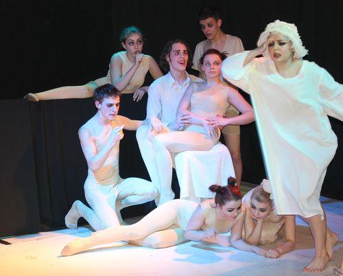 Спектакль с голым